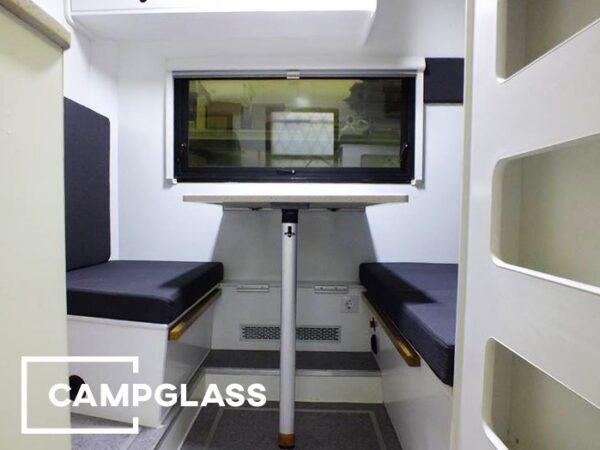 Горизонтальное откидное окно с газовыми амортизаторами и шторкой Dometic Rastrollo 3000 в кемпере