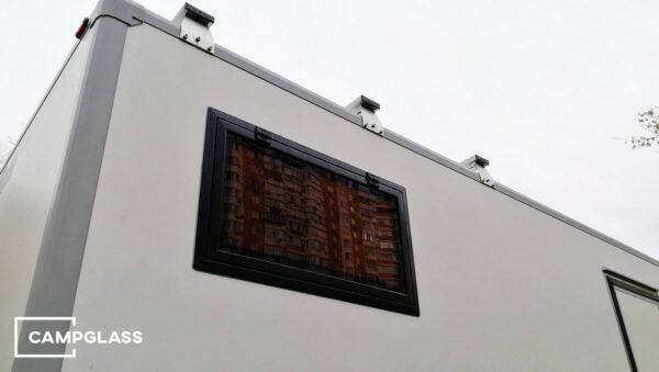 Откидное окно на стене автодома
