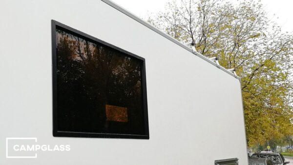 Глухое окно на стене автодома