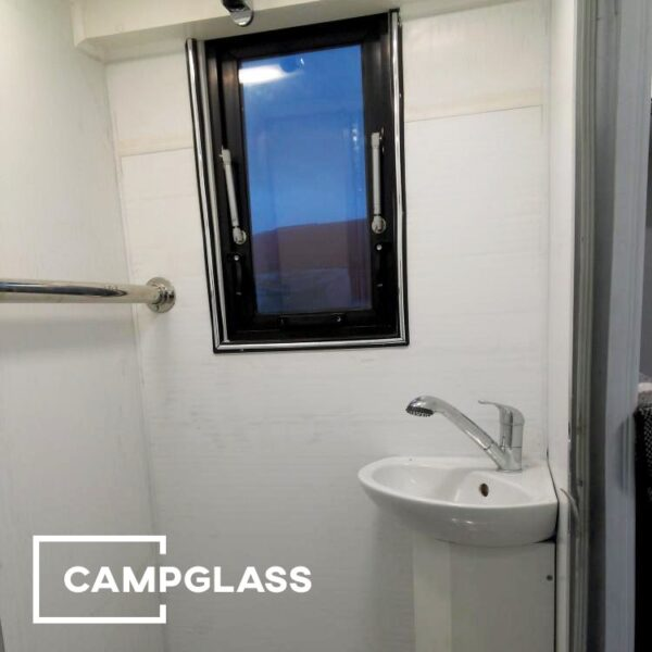 Вертикальное откидное окно в санитарной комнате кемпера