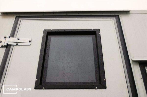 Вертикальное откидное окно на двери кемпера