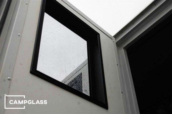 Вертикальное глухое окно в стене глубиной 100 мм